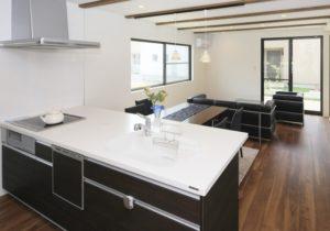 オープン対面型キッチンの例の写真。ダイニングやリビングと一体感がある。