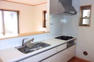 I型の対面型キッチンの例の写真。家族と会話しながら料理ができる。