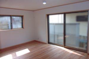 巾木や廻縁と窓枠を統一している例の写真