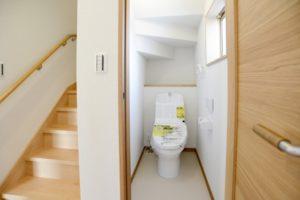 階段の下にトイレがある写真