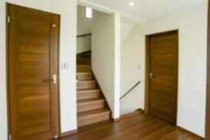 3階建ての階段の例の写真