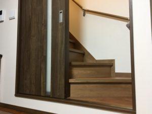 リビング階段の階段前に戸を付けた例