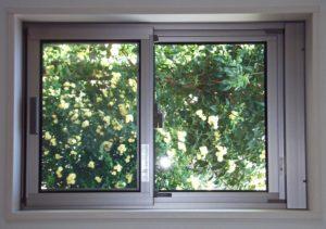 窓により切り取った風景の写真