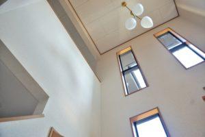 天井の高い吹き抜けの写真